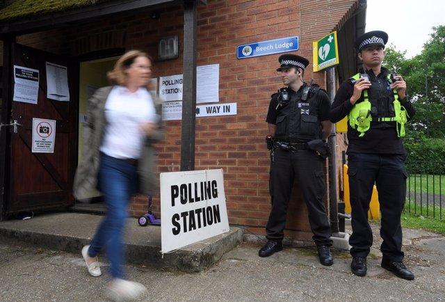 Una votante abandona un colegio electoral