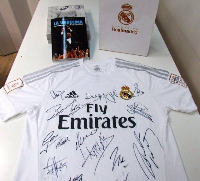 Camiseta firmada por los veteranos del Real Madrid