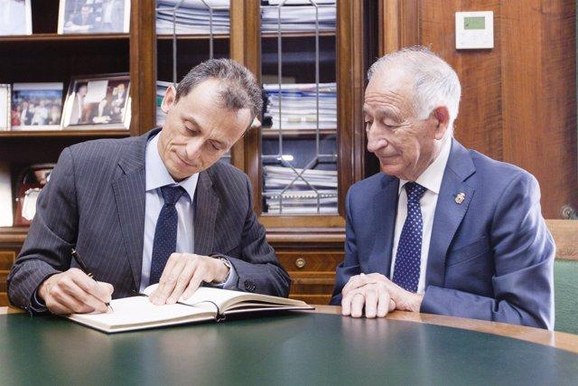 Pedro Duque ha firmado en el Libro de Honor de la Diputación de Almería.