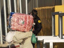 Cierran el paso fronterizo para porteadores de Ceuta tras una avalancha de cientos de personas