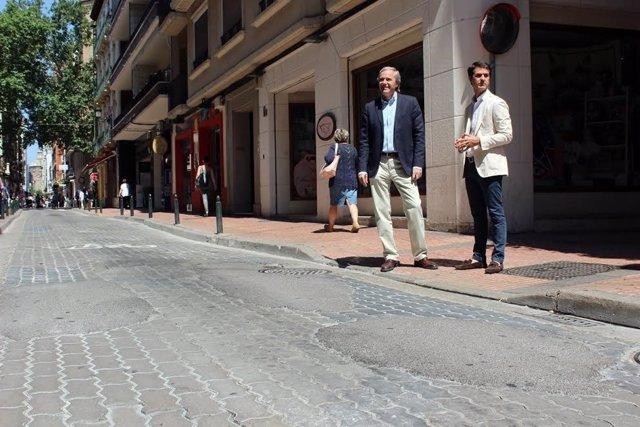 Jorge Azcón en la calle San Miguel con baches y parcheada