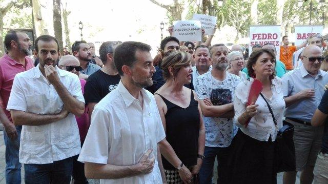 Maíllo ante el Ayuntamiento de Sevilla
