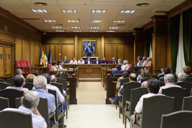El Salón de Plenos se ha llenado con la presentación de 'La pesca en Almería'.