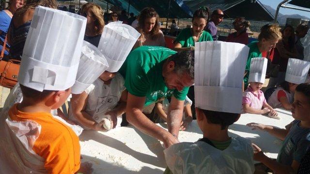 Los niños participaron en una demostración práctica de cocina.
