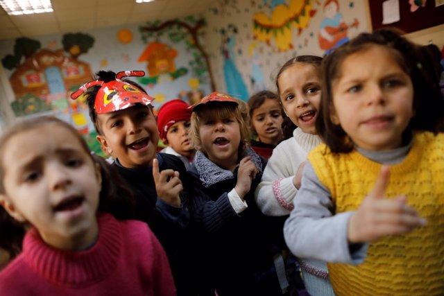 Niños refugiados sirios en una escuela en un campo turco