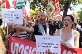 """Interinos de conservatorios andaluces se concentran en el Parlamento y advierten de que van a llegar """"hasta el final"""""""