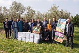 Tres entidades sociales reciben una donación de 180 litros de aceite a partir de aceitunas cosechadas en la UPNA