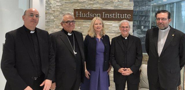El obispo y la delegación del Cabildo con la responsable del Hudson, Nina Shea