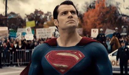 Vídeo: Henry Cavill ejerce de Superman y salva a una tortuga de morir atropellada