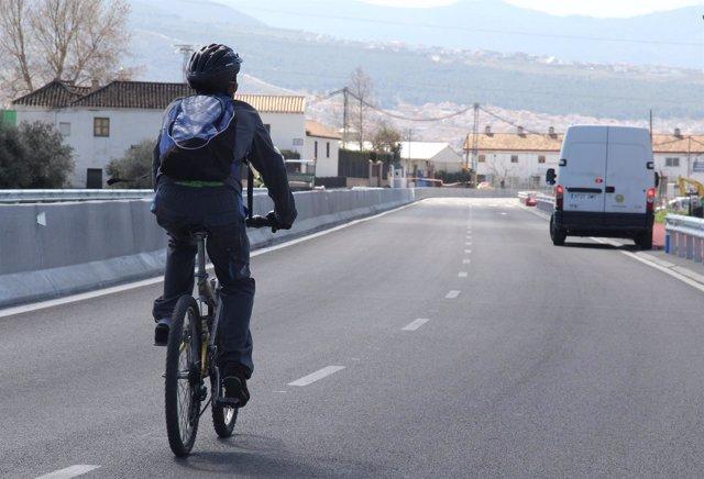 Un ciclista transita por una carretera granadina