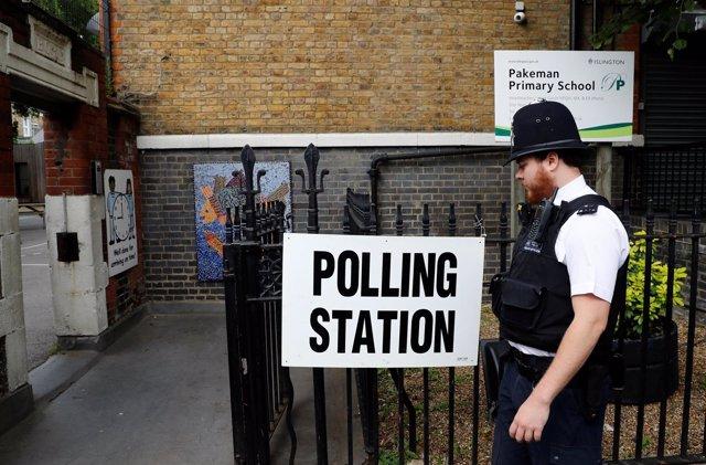 Policía a la puerta de un colegio electoral en Londres