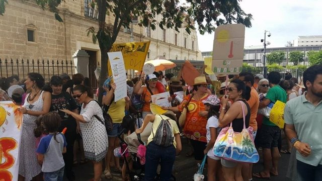 Protesta de las AMPA frente al Parlamento de Andalucía.