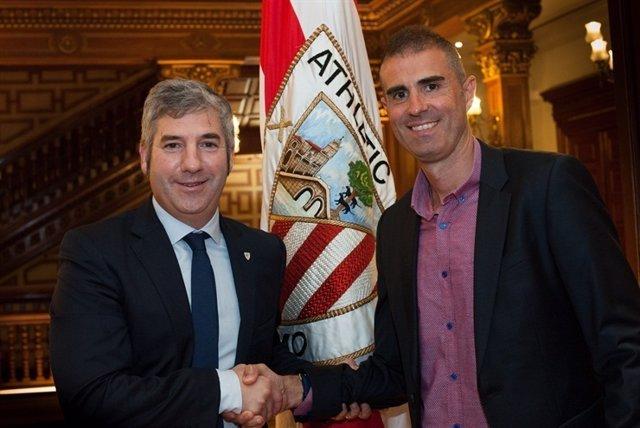 Josu Urrutia y Gaizka Garitano tras la firma del míster para el filial bilbaíno