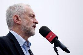 """Corbyn pide a May que dimita apuntando a """"su pérdida de apoyos"""""""