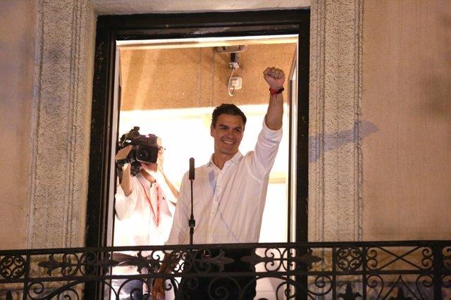 Pedro Sánchez se asoma al balcón de Ferraz tras ganar las primarias