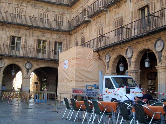 Retirada del medallón de Franco de la Plaza Mayor de Salamanca