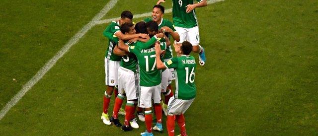 Los jugadores mexicanos celebran uno de sus goles