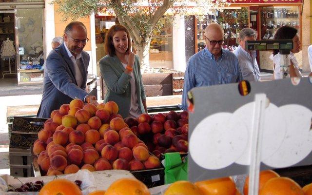 Luis Fuentes y Pilar Vicente, a la izquierda, en el mercado de la Plaza España
