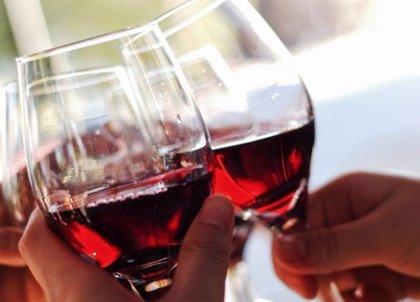 """Experto señala que beber vino con moderación """"podría alargar la vida"""""""