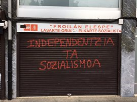 Pintadas en la sede del PSE de Lasarte en las que se recuerda la huelga de hambre de Iñaki Bilbao