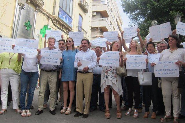 Miguel Moreno (c), arropado por miembros del PP jiennense que lo apoyan.