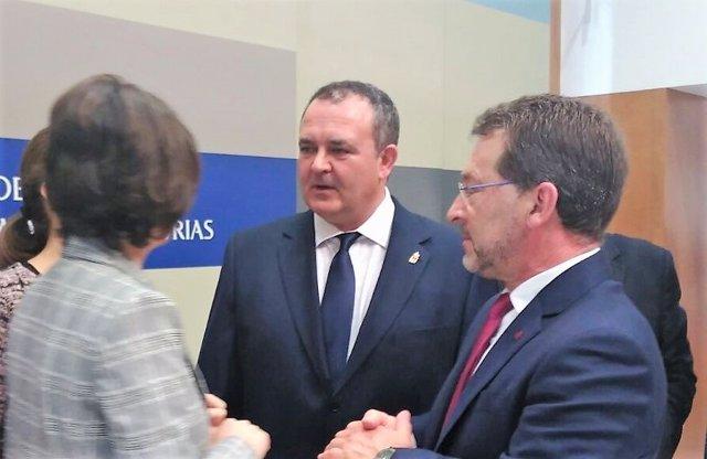 Isaac Pola charla con Dolores Carcedo y Genaro Alonso.