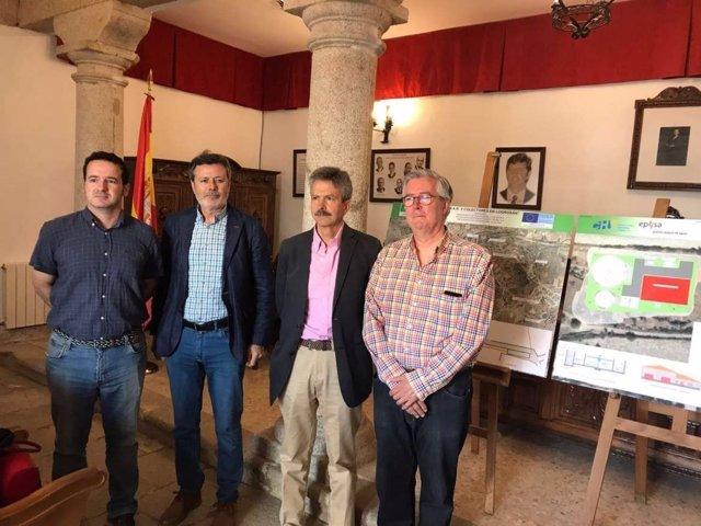 José Luis Navarro y el resto de autoridades junto a los planos de la depuradora