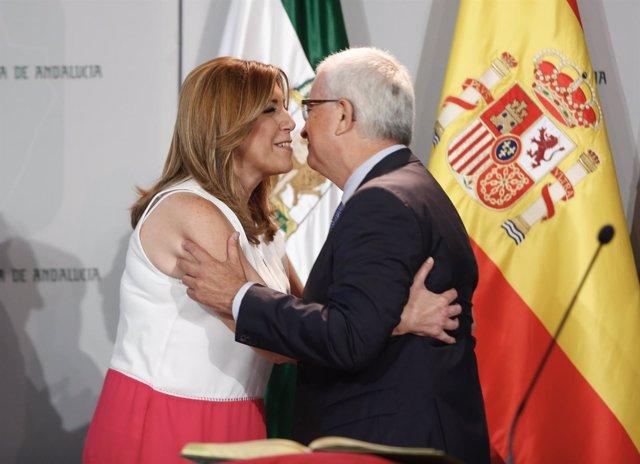 Susana Díaz y Jiménez Barrios se saludan en la toma de posesión del Gobierno