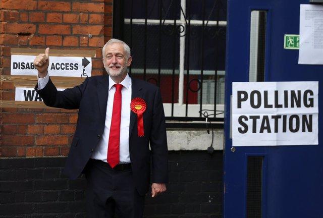 El líder laborista Jeremy Corbyn tras votar en las elecciones del Reino Unido