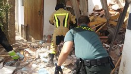 Rescatados los dos albañiles atrapados bajo los escombros de una casa en Nuévalos