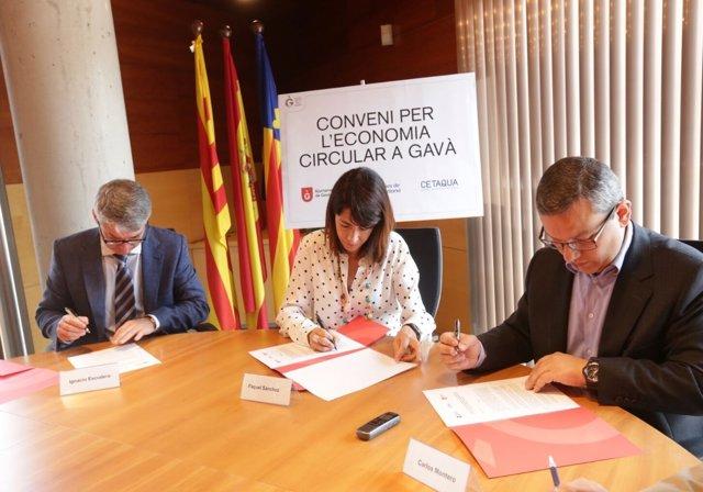 Firma del convenio entre el Ayuntamiento de Gavà, Aguas de Barcelona y Cetaqua