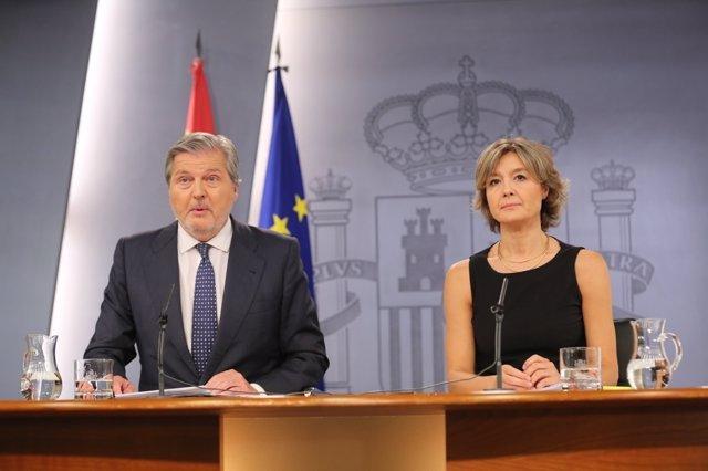 Iñigo Méndez de Vigo e Isabel García Tejerina tras el Consejo de Ministros