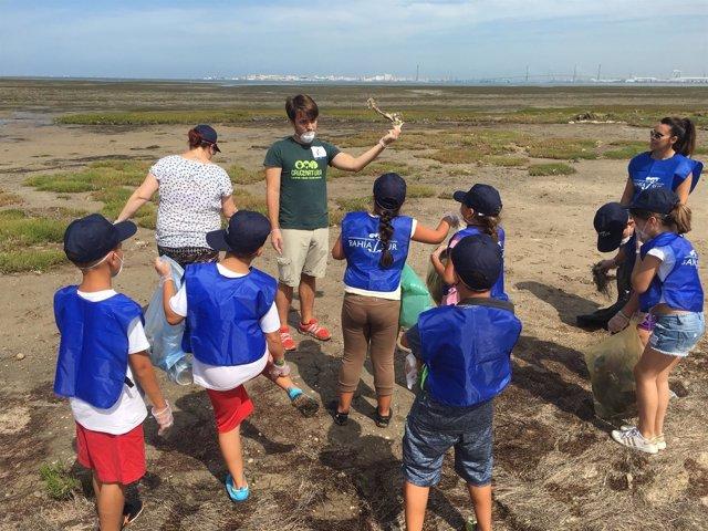 Un grupo de escolares participa en la recogida de residuos del Parque Natural.