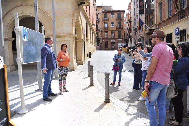 La alcaldesa de Teruel inaugura los paneles para colocar carteles anunciadores