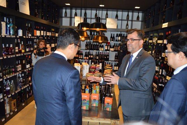 Josep Lluis Trilla, con directivos del grupo coreano Farm Factory