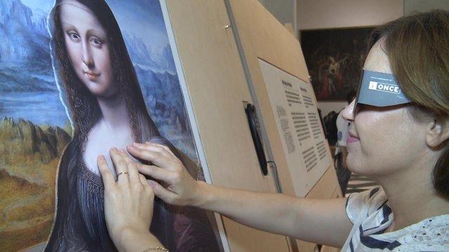 Visitante en la exposición 'Hoy toca el Prado'