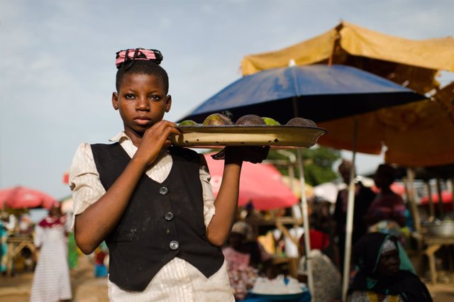 Niña trabajando en un mercado en Ghana (Trabajo infantil)