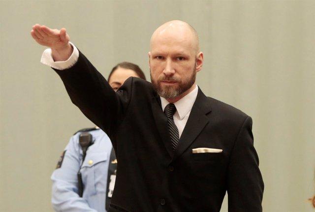 Anders Breivik hace el saludo nazi en un juicio
