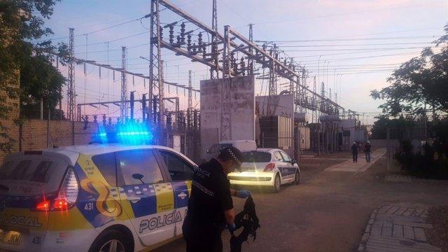 Policías inspeccionando la subestación eléctrica y la ropa encontrada