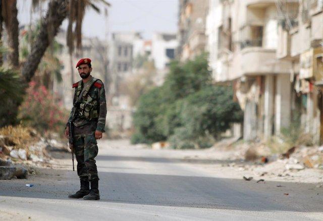 Un soldado sirio a la entrada de Daraya, Siria