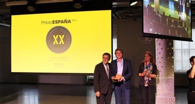 L Ayuntamiento de Madrid recibe la Medalla del Aniversario de PHotoESPAÑA
