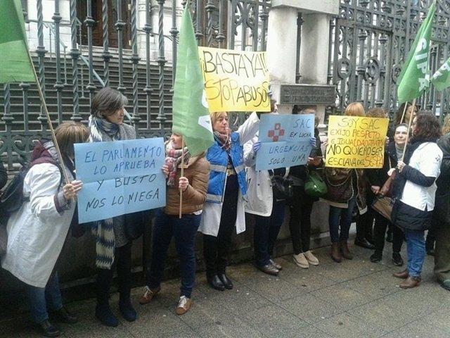 Protesta de los profesionales del SAC ante la Junta General el 24 de febrero.