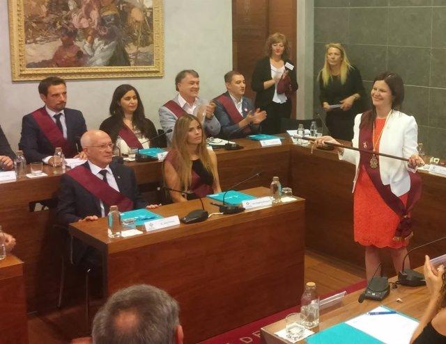 Maria Miranda (PSC) recibe la vara de mando como alcaldesa de Castelldefels