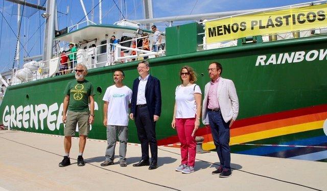 Ximo Puig visita el barco de Greenpeace