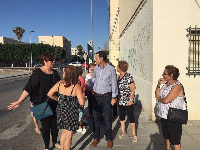 Juan Carlos Pérez Navas (PSOE) con vecinos de Las 500 Viviendas