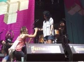 Amor y música en el Festival de les Arts con una petición de mano en el concierto de Miss Caffeina