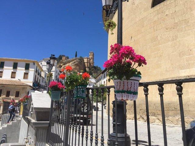 Macetas decoradas con ganchillo en Montefrío (Granada)