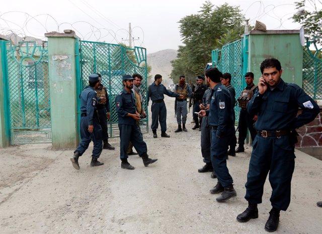 Policías afganos cerca del lugar de las explosiones en Kabul