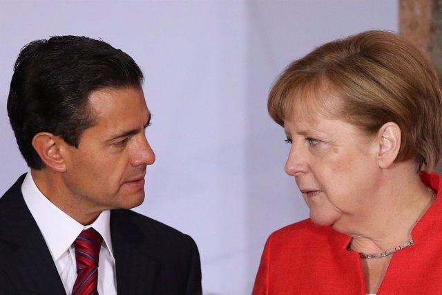 La canciller alemana Angela Merkel habla con el presidente de México Enrique Peñ