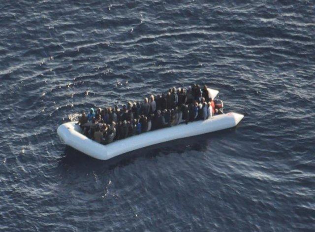 Inmigrantes a bordo de una embarcación neumática en el Mediterráneo central